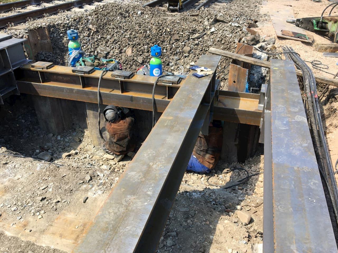 Baustellenschweißungen an einer Behelfsbrücke