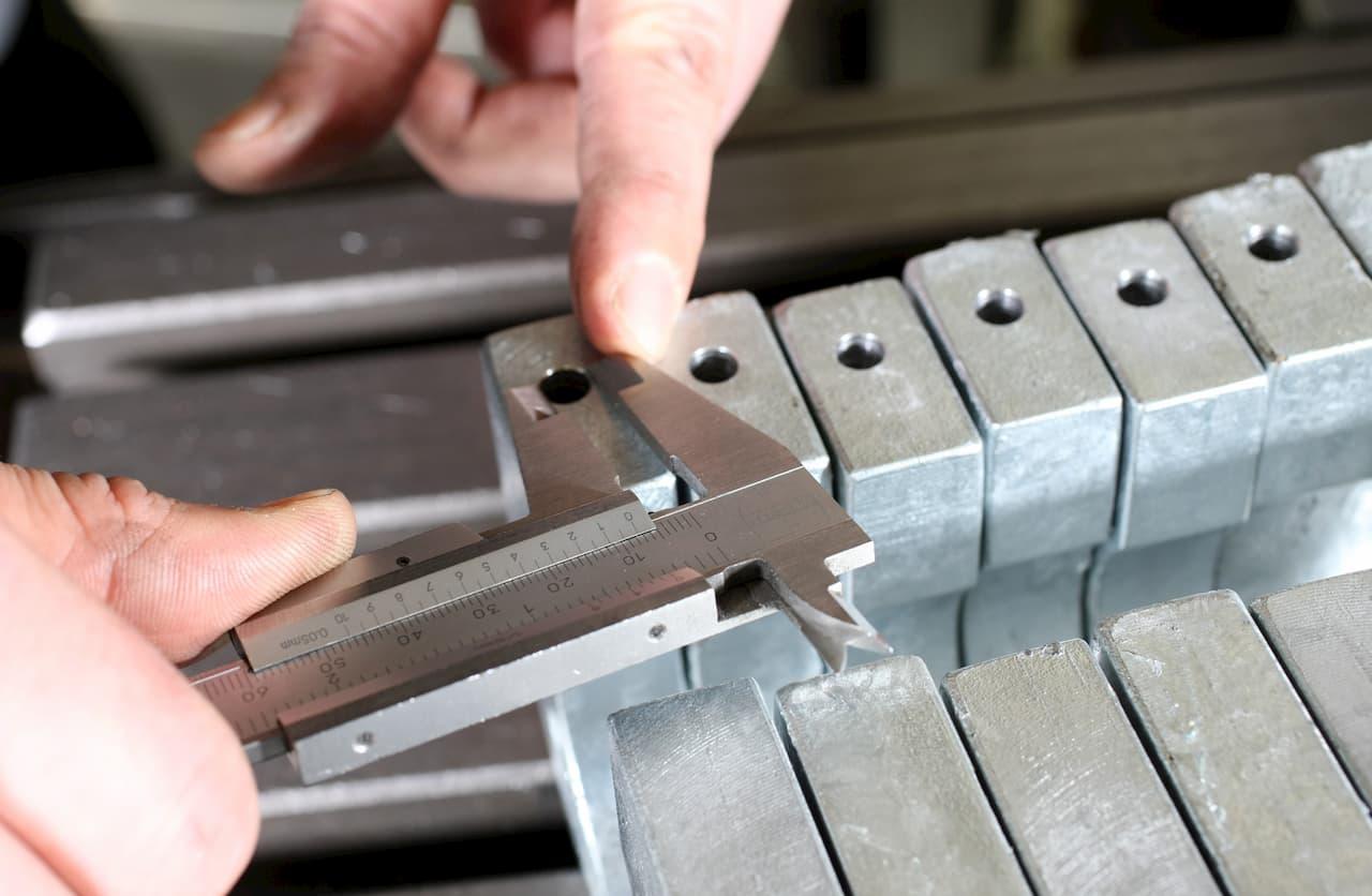 Messen eines Bohrlochdurchmessers mit einer Schiebelehre