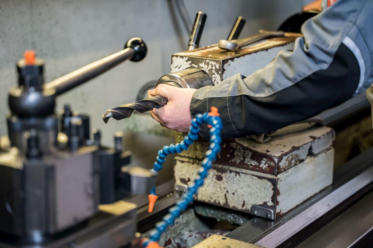 Einsetzen eines Bohrwerkzeugs an einer CNC-Drehbank