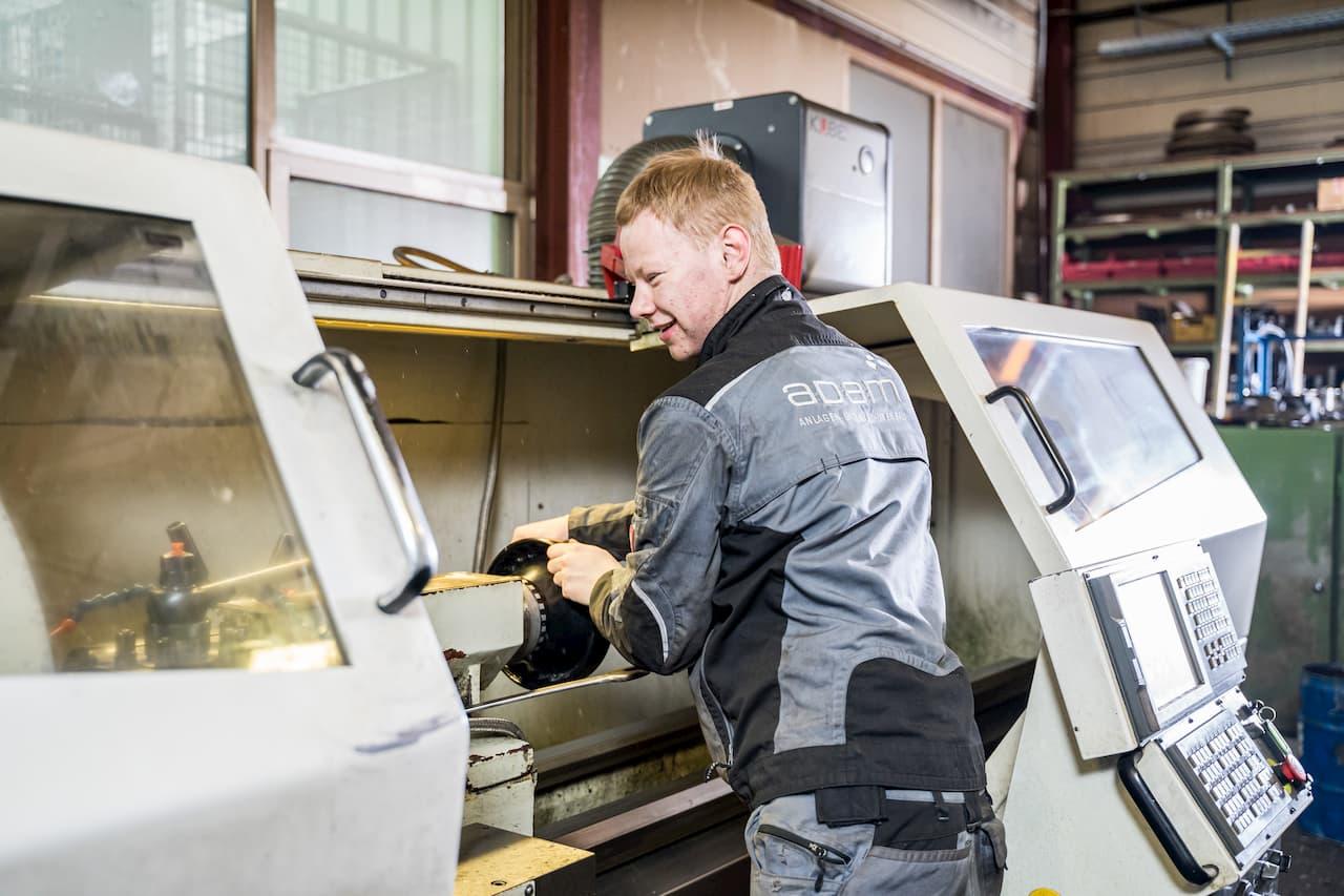 Arbeiten an einer CNC-Drehbank