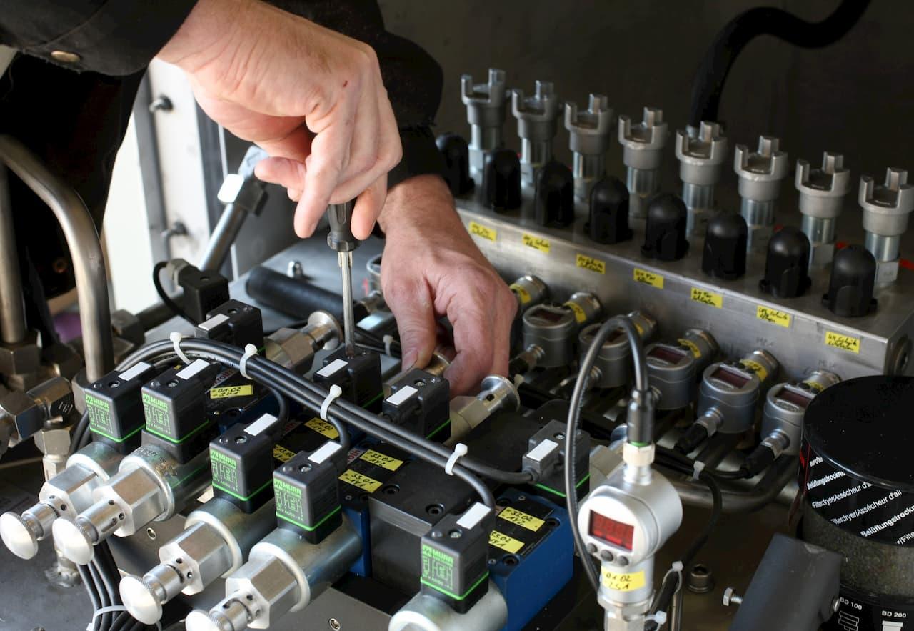 Wartung und Reparatur an einem Hydraulikaggregat