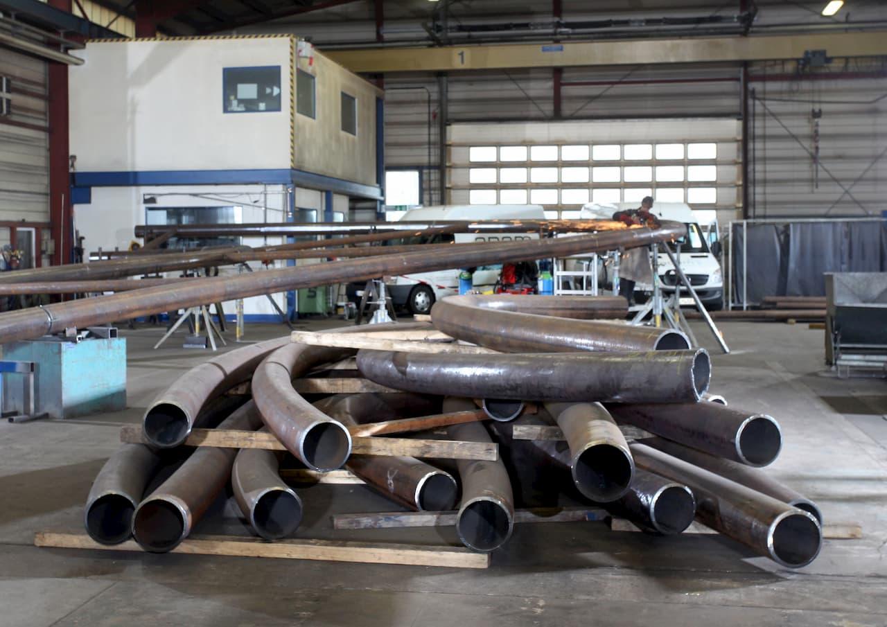 Stahlbau Kunstwerk Kelsterbach mit gebogenen Großrohren